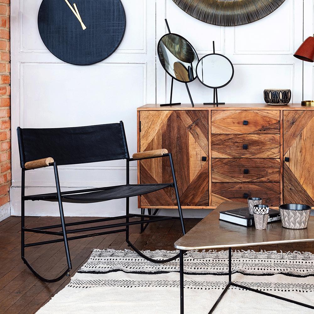 Décoration avec chaise et bahut